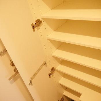 靴はこちらに。※写真は3階の同間取り別部屋のものです