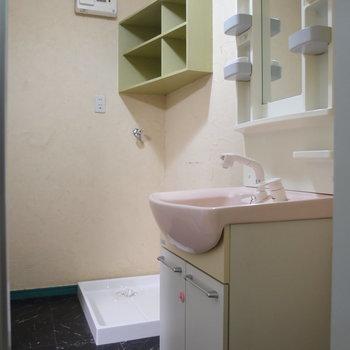 室内洗濯機置場は洗面台の向こうに※写真は前回募集時のものです