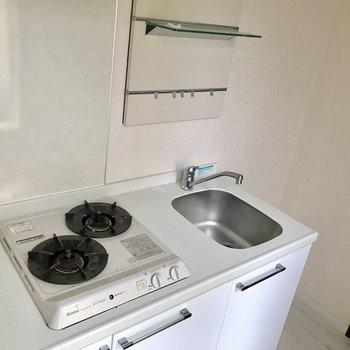 キッチンは廊下に。2口コンロで、冷蔵庫を置くスペースもお隣に!