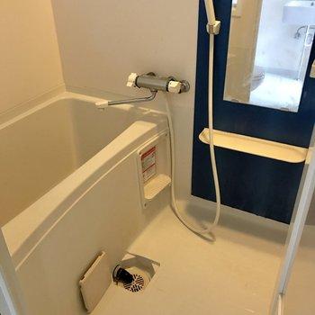 シンプルな浴室。鏡が大きくて嬉しい!