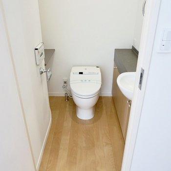【上階】靴箱の隣に、トイレがありました。