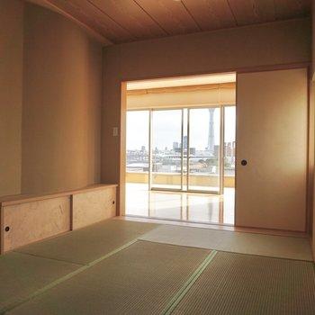 【上階】間接照明を置くと、良い雰囲気が出ますよ。