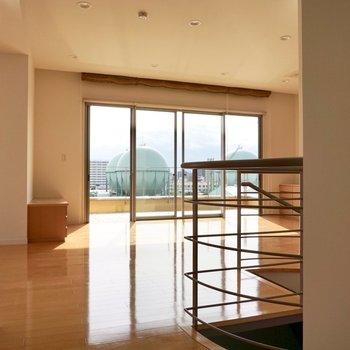 【上階】6階の玄関から入ると、広いリビングがお出迎え。