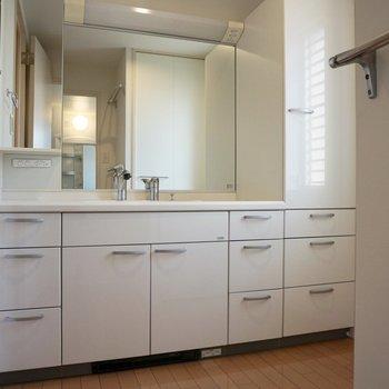 【下階】大きな鏡がついた洗面台です。