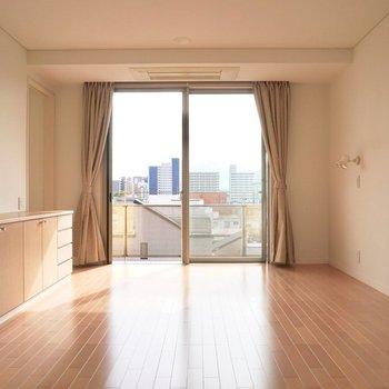 【下階】寝室に良さそうな11.5帖ほどの洋室です。
