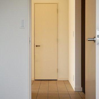 【上階】玄関はタイル張りです。