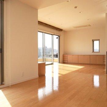 【上階】窓が多く、自然な光がよく差し込みます。