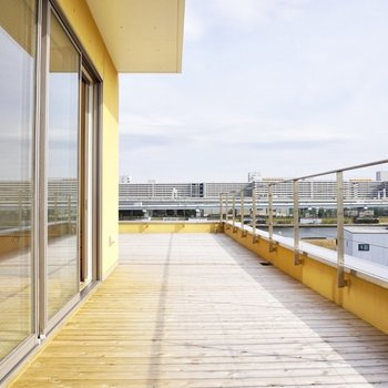 【上階】反対側から。ベンチを並べて日光浴できそうです。