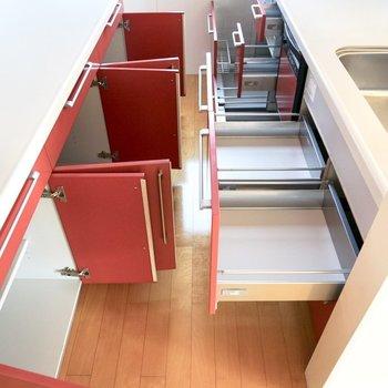 【上階】キッチンの収納もなかなかの容量です!
