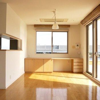 【上階】ダイニングテーブルはここに。たまには自宅で手作りの料理を召し上がりたいですね。