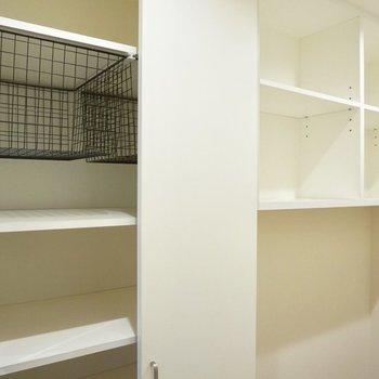 【下階】仕切って使える棚もあります。