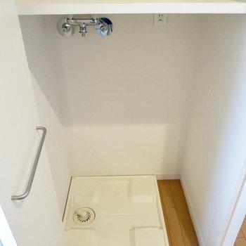 【下階】扉で隠せる洗濯機置き場があります。