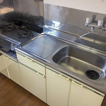 【LDK】2口コンロで、調理スペースもあります。