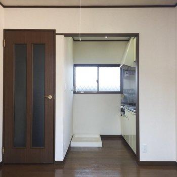【LDK】キッチンは少し奥まったところに。仕切ってもいいですね。