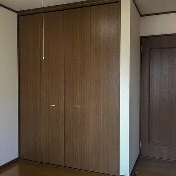 【洋室】廊下に出れるドアもあります。