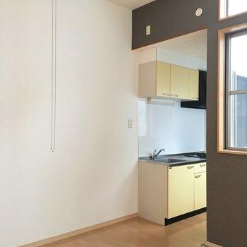 キッチン横に冷蔵庫など置けるね。シンプルな家具を合わせよう!