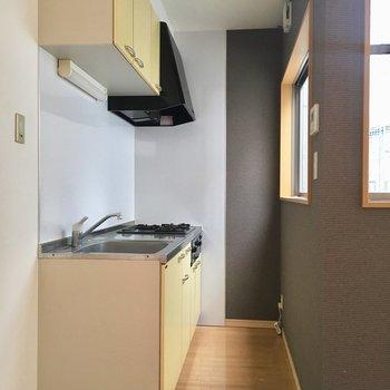ぐっと奥にキッチン。色合いが可愛かった。
