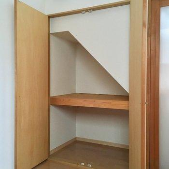 階段にそってのクローゼットでした!