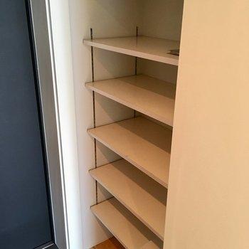 隣は靴箱。そこそこ入ります。
