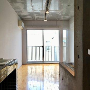居室にいってみましょう!床の色いい色。