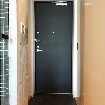 玄関へ。右側に収納が並びます。