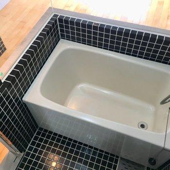 左にお風呂。