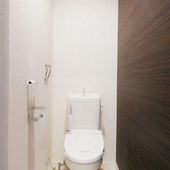 【2階】トイレは階段の正面です。
