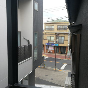 【2階】ほんのりと道路が見えます。