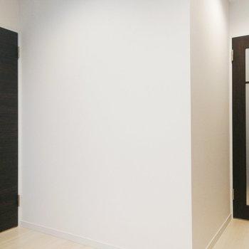 【1階】玄関を開けると、脱衣所か階段下の2択に。