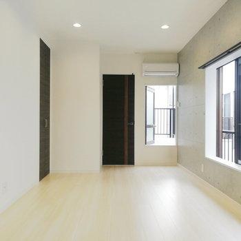 【2階】奥行きがいいですね〜右奥のミニ扉はバルコニーに出ます。