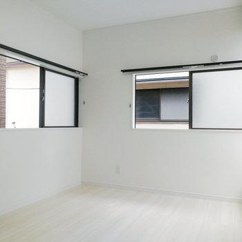 【2階】寝室はシンプルな造り。
