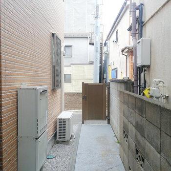 玄関は奥の細道。民家の裏から入る形なんです。