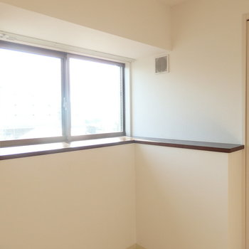 窓辺に棚があります。観葉植物など置いてもいい雰囲気!※写真は別部屋