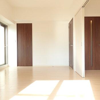ダイニングの横の8.4帖の洋室です。明るくて気持ちがいい!※写真は別部屋