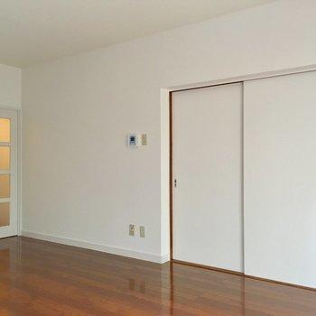 白の扉って、お部屋にあいます。インテリアはシンプルに(※写真は改装中です)
