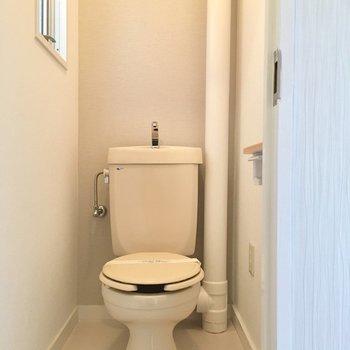 トイレにも窓付きで明るいです。(※写真は改装中です)