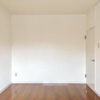 そして、玄関前洋室です。ベッドと机置いて丁度良さそう!(※写真は改装中です)