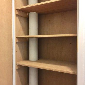 廊下に収納スペース発見!生活用品や掃除道具はこちらにも!(※写真は改装中です)