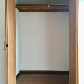 棚を置いたりして、整理しやすいようにしてくださいね!(※写真は改装中です)