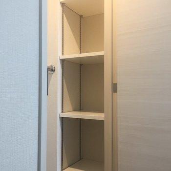 棚とポールでしっかり収納できます。※写真は7階の同間取り別部屋のものです