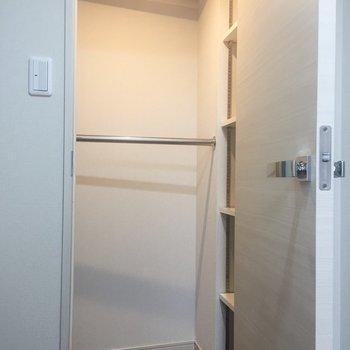 キッチン入って正面の扉はウォークインクローゼットです!※写真は7階の同間取り別部屋のものです