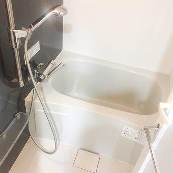 右はお風呂です。鏡がうれしい。※写真は7階の同間取り別部屋のものです