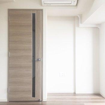 キッチン側から。奥のスペースを使ってベッドを置くといいかも。※写真は7階の同間取り別部屋のものです