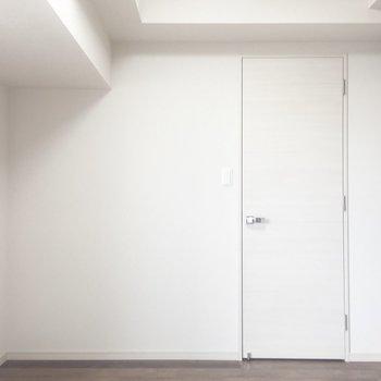 玄関側から。白いドアからキッチンにいけます。※写真は7階の同間取り別部屋のものです