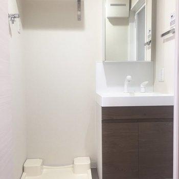 キッチンに入って右側、脱衣所です。※写真は7階の同間取り別部屋のものです