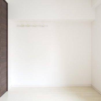 玄関横に5.8帖の洋室。シックな色合い!(※写真は5階の同間取り別部屋のものです)