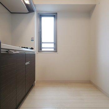 キッチンのところにも小窓が!換気もできますね。(※写真は5階の同間取り別部屋のものです)