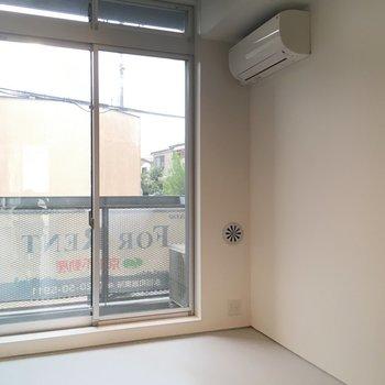 こちら線路側洋室。6畳ほどでしょうか ※写真は2階の同間取り別部屋のものです。