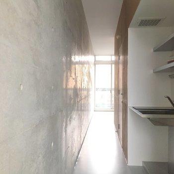 キッチンの後ろが廊下のようになってます ※写真は2階の同間取り別部屋のものです。