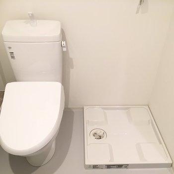トイレの横に洗濯機 ※写真は2階の同間取り別部屋のものです。